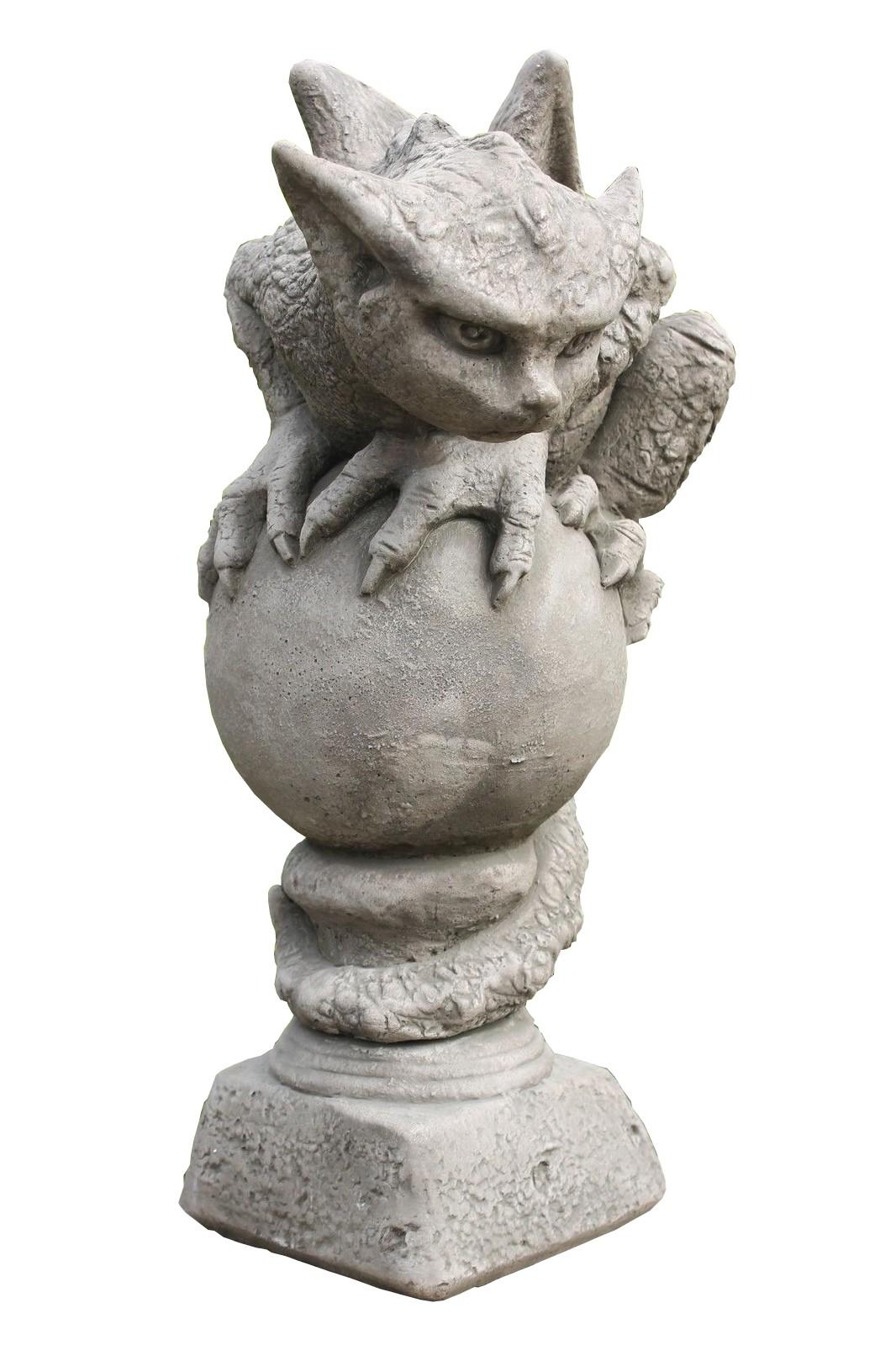 Skulptur Drache Oscar auf Kugel
